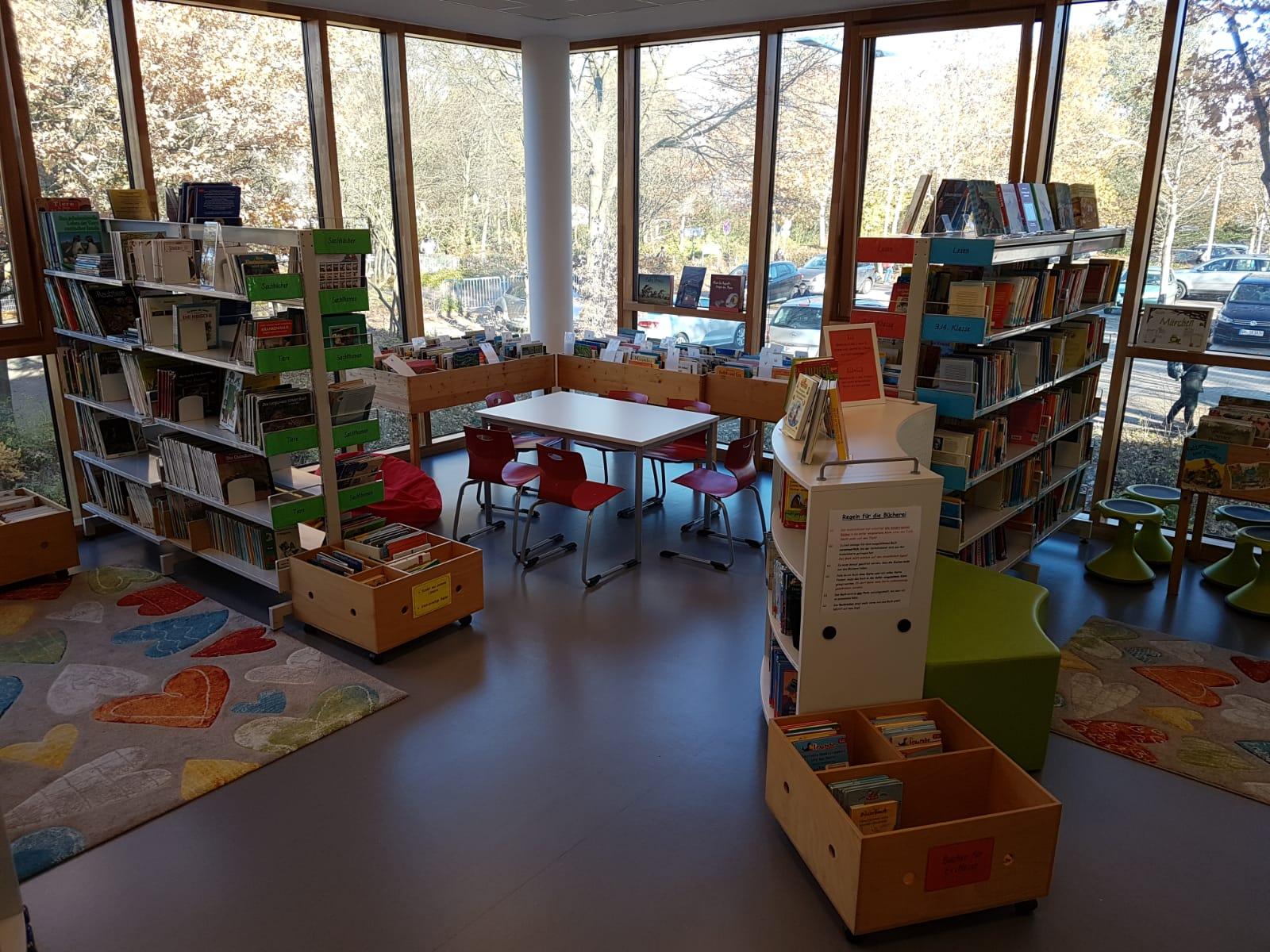 Kissen und Vorhänge für die Bücherei